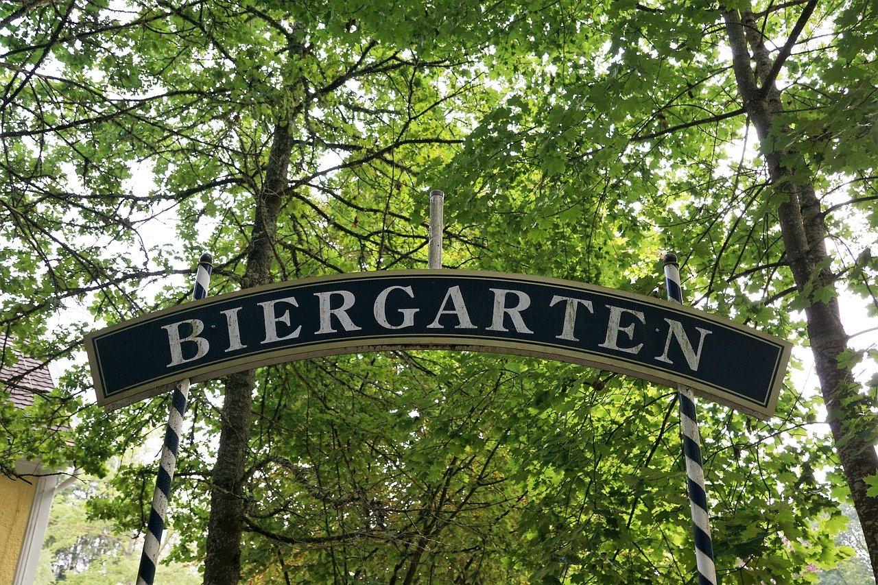 Schriftzug Biergarten vor Bäumen