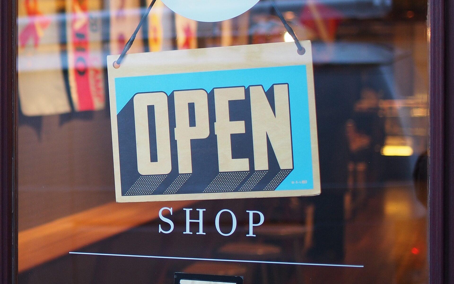 """Tür mit Schild: """"open"""""""
